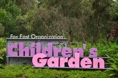 Barn som är trädgårds- på trädgårdar vid fjärden Royaltyfria Foton