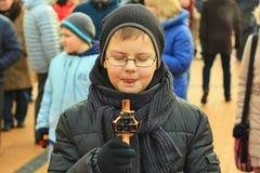 Barn som äter belgiska dillandear med choklad på en pinne Arkivbilder