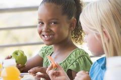 barn som äter dagislunch royaltyfria foton