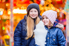 Barn som äter den söta godisen på julmarknad Arkivfoto