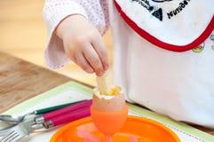 Barn som äter det mjuka kokta ägget Royaltyfria Foton