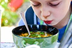 Barn som äter en soppa royaltyfria foton