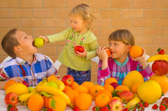 Barn som äter frukter arkivbild