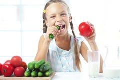 Barn som äter grönsaker Royaltyfri Bild