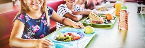 Barn som äter på kantin royaltyfri bild