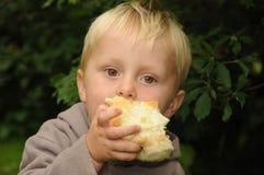 Barn som äter pajen Arkivfoto