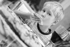 barn som äter pizza Arkivfoto
