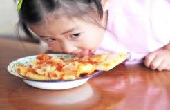 barn som äter pizza Arkivbild
