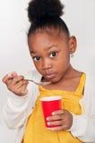 barn som äter sund yoghurt royaltyfri foto
