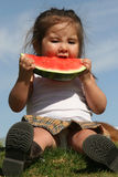 barn som äter vattenmelonen Arkivfoto