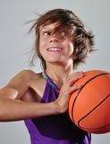 Barn som övar med en boll Fotografering för Bildbyråer