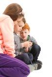 Barn som överför sms på mobiltelefonen royaltyfri bild