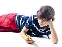 Barn som använder cellfotoet (mobilen) Royaltyfri Bild