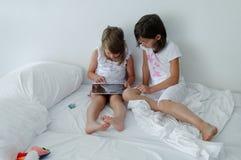 Barn som använder minnestavladatoren Fotografering för Bildbyråer