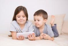 Barn som använder minnestavladatoren royaltyfria bilder