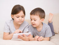 Barn som använder minnestavladatoren Royaltyfri Foto