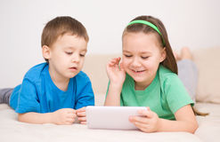 Barn som använder minnestavladatoren royaltyfria foton