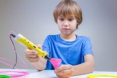 Barn som använder pennan för printing 3D Pojkedanandehjärta Idérikt teknologi, fritid, utbildningsbegrepp Royaltyfri Bild