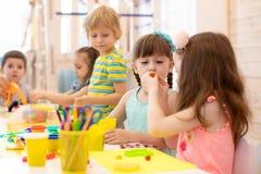Barn som arbetar med färgrik lekleraleksaker royaltyfria foton