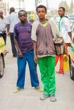 Barn som arbetar som skon, skiner pojkar på gatan som ser strai royaltyfria foton