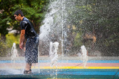 Barn som av offentligt kyler springbrunnen Royaltyfria Bilder