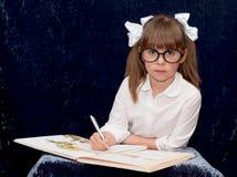 Barn som bär svarta exponeringsglas Royaltyfria Bilder