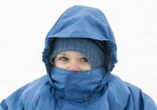 Barn som bär vinterkläder på vit backgroun Arkivfoto