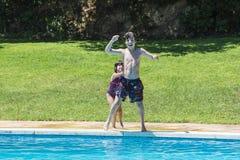 Barn som badar i en pöl royaltyfri foto
