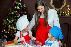 Barn som bakar julkakor Royaltyfria Bilder