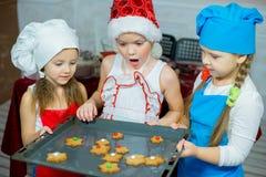 Barn som bakar julkakor Arkivbild