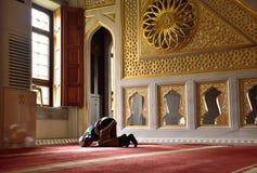 Barn som ber i moskén Arkivbilder