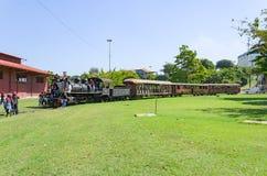 Barn som besöker museet Estrada de Ferro Madeira-M för öppen luft Arkivbild