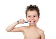 Barn som borstar hans tänder Arkivfoto