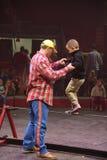 Barn som boying gå spänd lina Fotografering för Bildbyråer