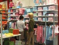 barn som clothing s, shoppar royaltyfria foton