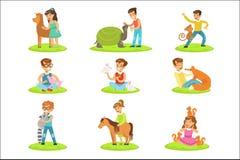 Barn som daltar de lilla djuren, i att dalta zoosamlingen av tecknad filmillustrationer med ungar som har gyckel royaltyfri illustrationer