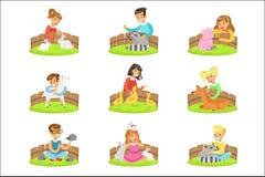 Barn som daltar de lilla djuren, i att dalta zoouppsättningen av tecknad filmillustrationer med ungar som har gyckel royaltyfri illustrationer