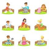 Barn som daltar de lilla djuren, i att dalta zoouppsättningen av tecknad filmillustrationer med ungar som har gyckel stock illustrationer