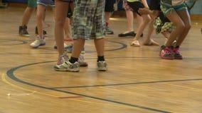 Barn som dansar i idrottshallgrupp (1 av 3) lager videofilmer