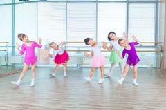 Barn som dansar i koreografigrupp lyckliga barn som dansar på i korridoren, sunt liv, grupp för unge för dans för unge` s togethe Arkivbild