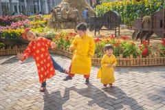 Barn som dansar lyckligt skratta Arkivfoton