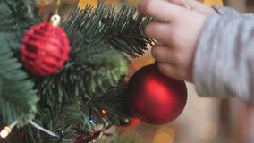 Barn som dekorerar en julgran arkivfilmer