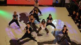 Barn som deltar i dansturnering Arkivbild