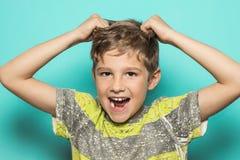 Barn som drar vid håret arkivfoton