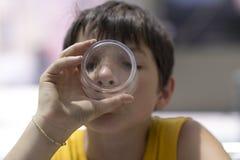 Barn som dricker ett exponeringsglas av rent vatten royaltyfri foto
