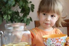Barn som dricker ett te Arkivbilder