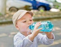 Barn som dricker från flaskan arkivfoton