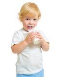 Barn som dricker mejeriprodukten från isolerat exponeringsglas royaltyfri fotografi