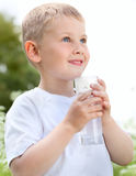 barn som dricker rent vatten Arkivbilder