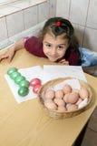 Barn som färgar easter ägg Fotografering för Bildbyråer